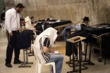 JEROZOLIMA- Ściana płaczu- modlący się w synagodze