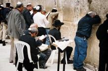 JEROZOLIMA- Pod Ścianą Płaczu.- modlący się żydzi.
