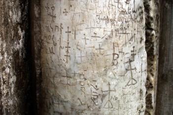 JEROZOLIMA- Bazylika Grobu- kolumna przed wejściem z wydrapanymi podpisami pielgrzymów