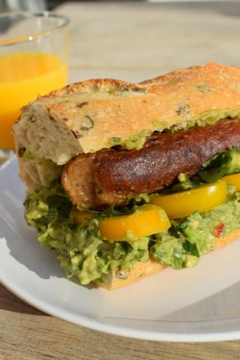 Wegański hot-dog z pikantnym guacamole