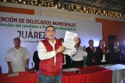 Heriberto Treviño mostró su constancia de candidato