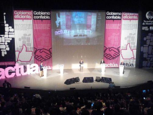 Candidatos atacan al PRI y a su candidata Ivonne Álvarez por no asistir, el público abuchea su inasistencia.