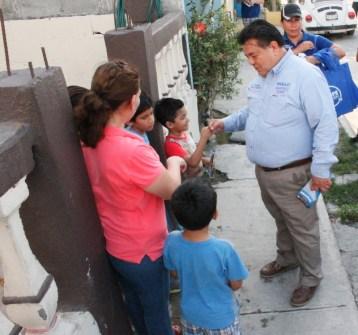 Recorre casa por casa la colonia Los Fresnos, el candidato del PAN.