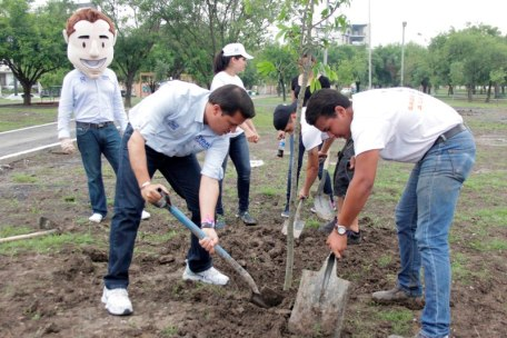 Se comprometió a plantar 60 mil árboles