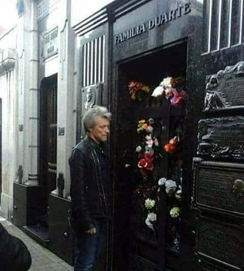 Jon Bon Jovi visitó la tumba de Evita en el cementerio porteño de la Recoleta