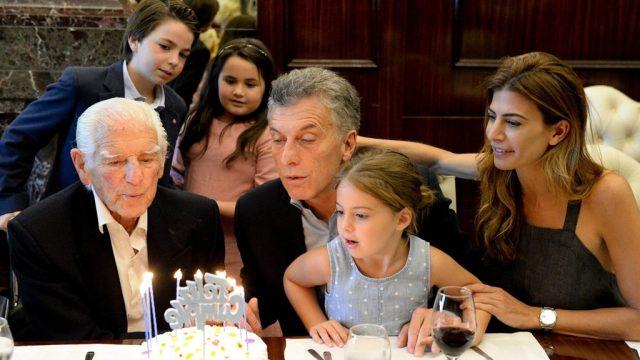 El Presidente Macri celebró su cumpleaños en Casa Rosada con un jubilado de 100 años