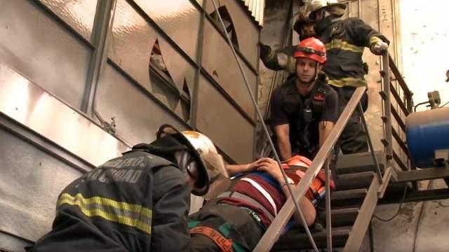 Los Bomberos de la Ciudad rescataron a un Policía de la Ciudad que cayó al vacío persiguiendo a un ladrón