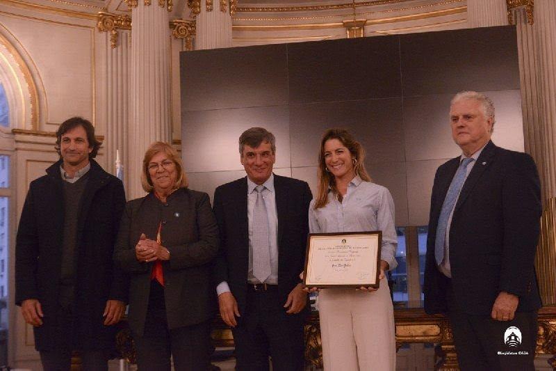 La polista Lía Salvo recibió su distinción como Personalidad Destacada en el Ambito del Deporte