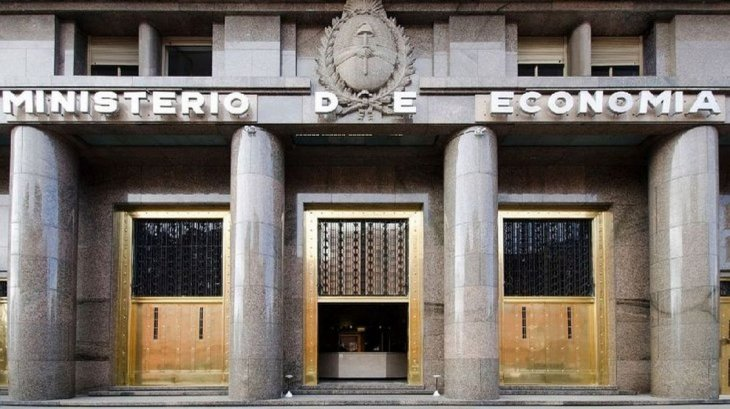 Economía lanza un nuevo canje de deuda emitida en dólares bajo legislación local por títulos en pesos