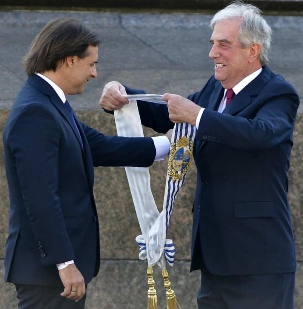 Lacalle Pou recibe la banda presidencial uruguaya de manos de Tabaré Vázquez