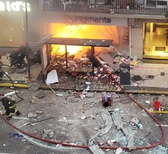 Dos bomberos muertos y seis heridos por explosiones e incendio en una perfumería de Villa Crespo