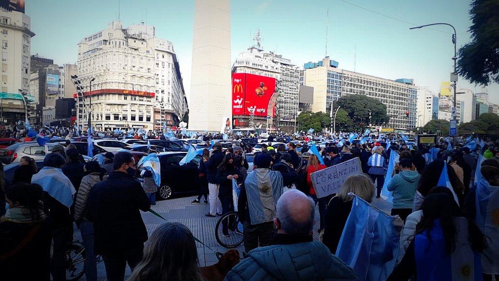 Fuerte banderazo de manifestantes autoconvocados que se movilizaron en defensa de la libertad y con críticas al Gobierno