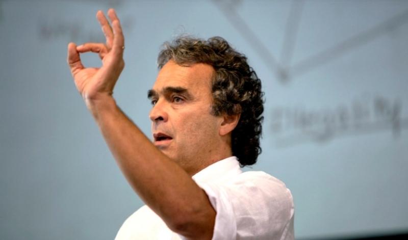 Fiscalía imputará cargos a Sergio Fajardo por presuntas irregularidades en la celebración de un contrato de sustitución de deuda. 1