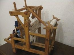 Um encantador tear em miniatura, obra de Aloísio Rocha