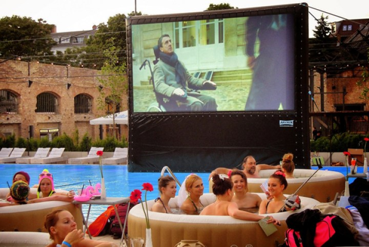 AIRSCREEN_16ft-4.88m_By-the-pool