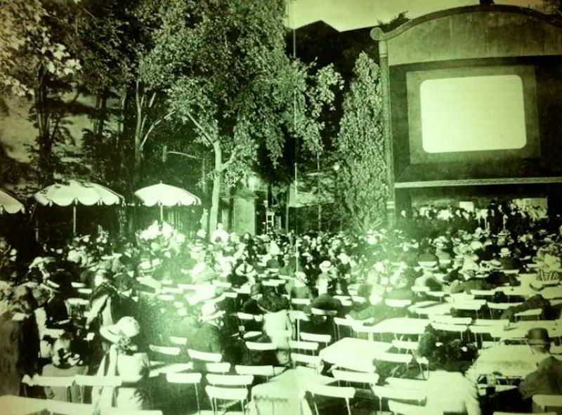 Primera proyección de películas al aire libre alrededor de 1916, Berlín, Alemania
