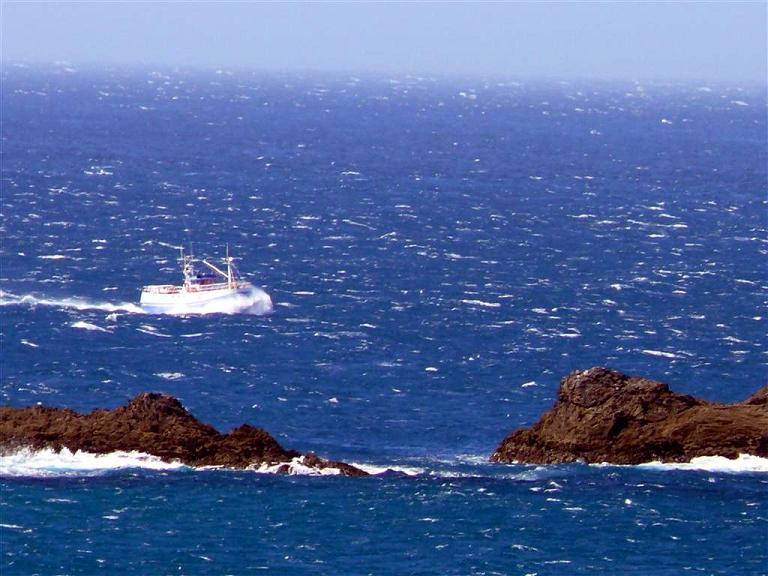 2-pesquero-en-ruta-hacia-cedeira-frente-a-o-rodo-pantin-f-goiriz05-07-07-pantin-015-2.jpg