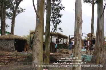 LUGNASAS 2011 - CONSTRUCCIÓN DAS CASETAS DOS CLANS - CEDEIRA 25 DE AGOSTO DE 2011 - fotografía por Fermín Goiriz Díaz (4)