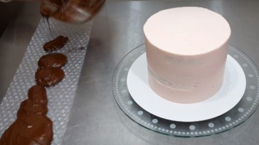 Bubble Wrap and Chocolate Creates a Unique Cake Decoration.