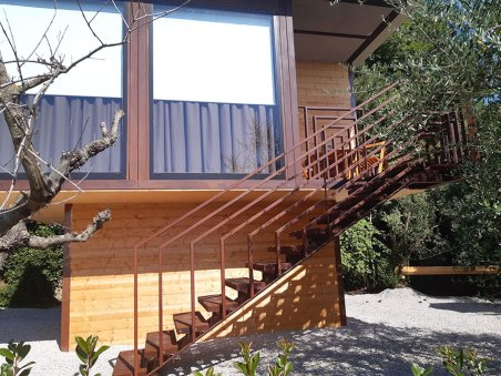 Casa acciaio e legno con, scala ringhiera progessive