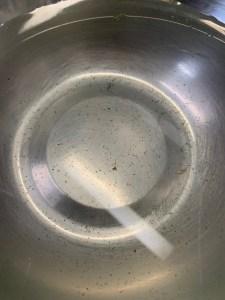 ボウルの水に溜まった汚れ
