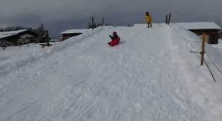 雪でそり遊び