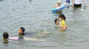 海で泳いでいる子供達