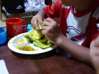 金スイカを食べる5番目の子