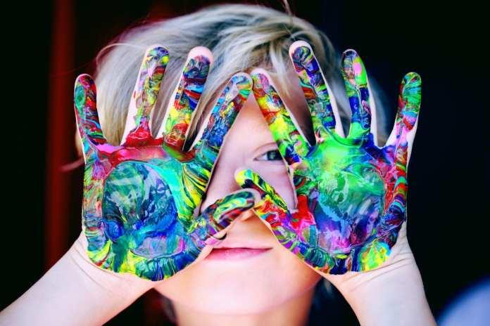 mains enfant avec peinture joie de papa-psy
