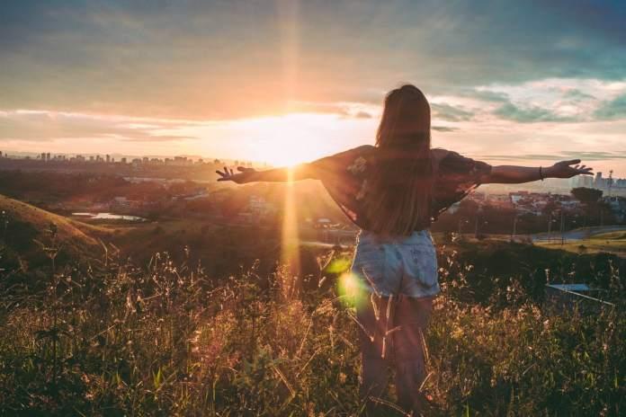 renaissance femme recontruction devant le soleil pour une victoire d'affirmation de soi face à l'anxiété