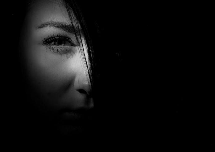 mutisme femme blessée dans le noir brimade harcelement