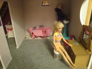Salle de bain Mattel trouvée à un prix raisonnable sur Amazon. Coiffeuse achetée brute à Cultura puis lasurée.