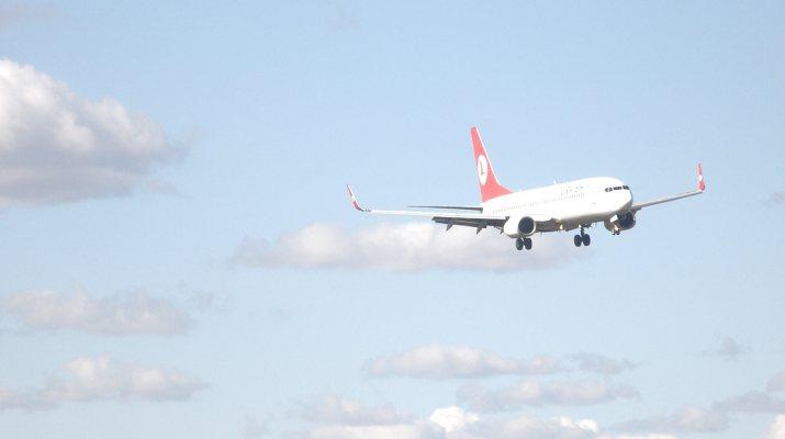Flugzeug startet am Flughafen Tegel