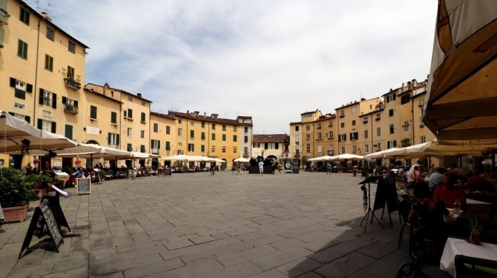 Die Piazza dell´Anfiteatro in Lucca