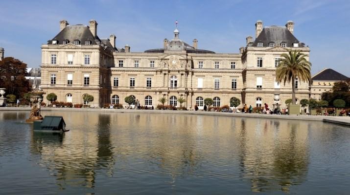 Das große Wasserbecken vor dem Palais Luxembourg