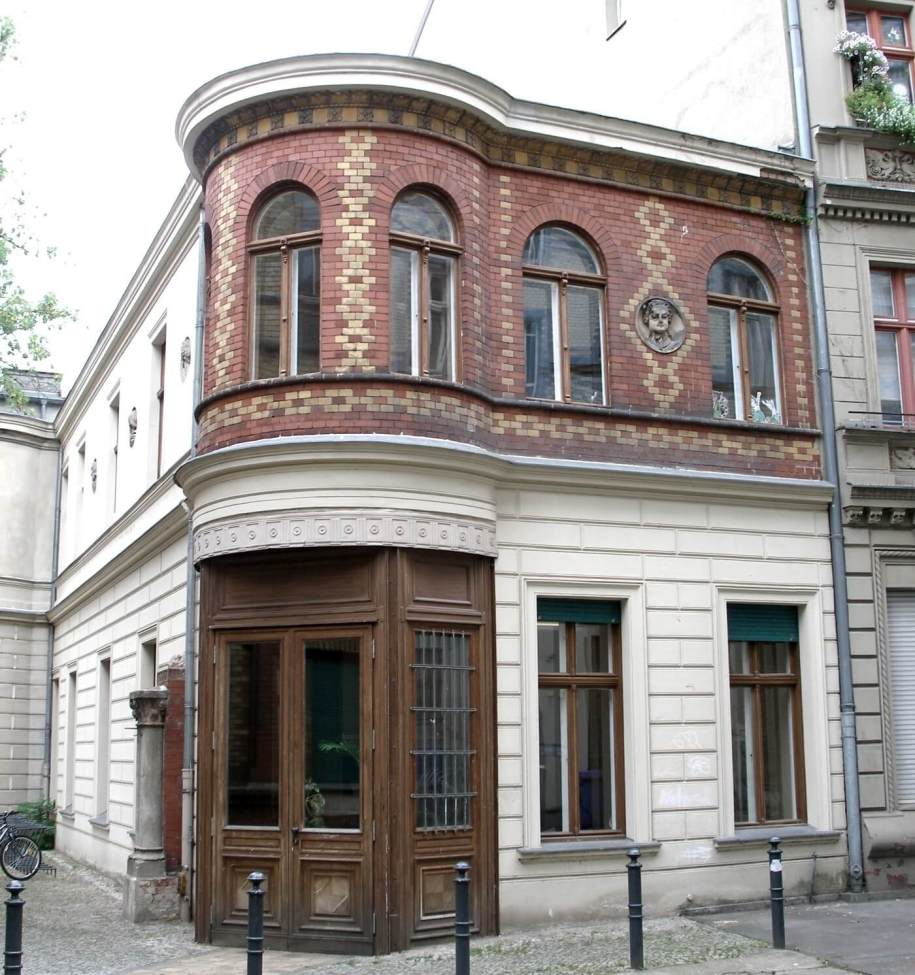 Reich verzierte Fassade am Luisenbad