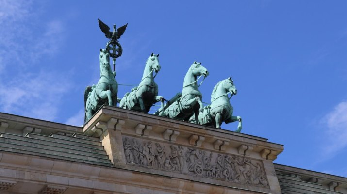 Unter der Quadriga auf dem Brandenburger Tor liegt der Raum der Stille