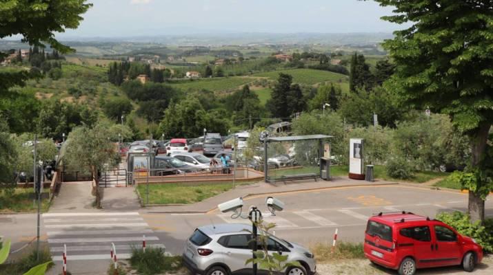 Parken an der Via Bagnaia in San Gimignano © 2019 Marianne Rittner