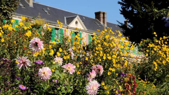 Üppige Blumenpracht vor dem ehemaligen Wohnhaus von Claude Monet in Giverny