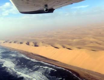 Der Wüstensand türmt sich an der Skelettküste zu meterhohen Dünen