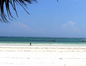 Weißer Sand und türkisfarbendes Wasser am Diani Beach