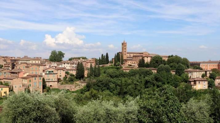 Blick auf Siena vom Weg zum Parkhaus aus