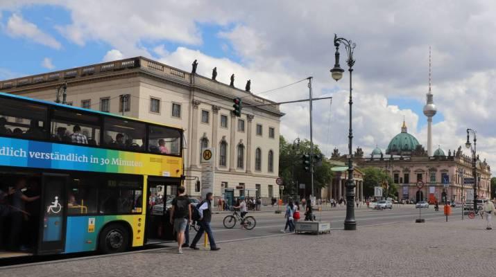 Die neue Buslinie 300 fährt über den Boulevard Unter den Linden
