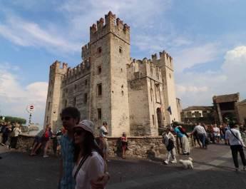 Die Burg der Scaliger steht am Eingang von Sirmione
