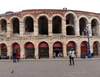 Die Arena di Verona beherrscht die Piazza Brá