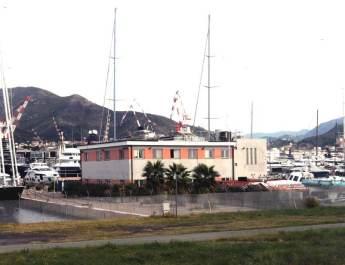 Der Flughafen Genua liegt direkt zwischen Hafen und Mittelmeer