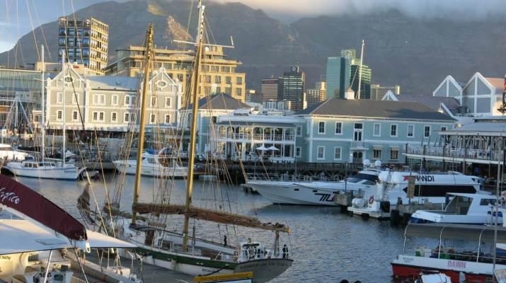 Blick von der Waterfront über den Hafen auf den Tafelberg