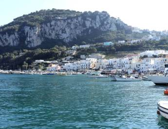 Blick vom Hafen auf Capri
