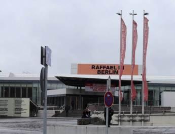 Eingang vom Kulturforum. Zwei Ausstellungen präsentieren Raffael