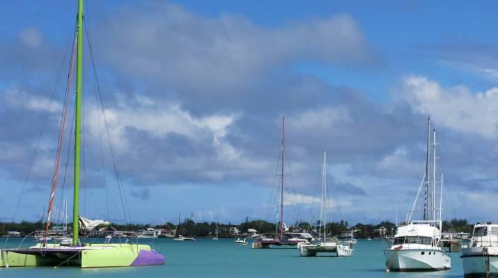 In der Bucht von Grand Baie liegen viele Boote vor Anker